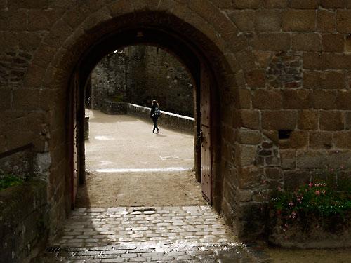 comment-apprendre-la-photo-fougères-porche-vide-1-promeneur