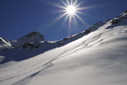 Contre-jour en montagne sur la neige.