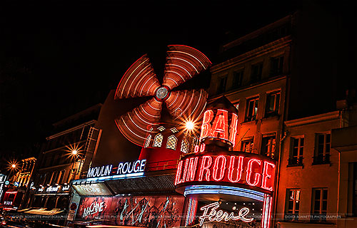 Photo en pose longue, le moulin rouge